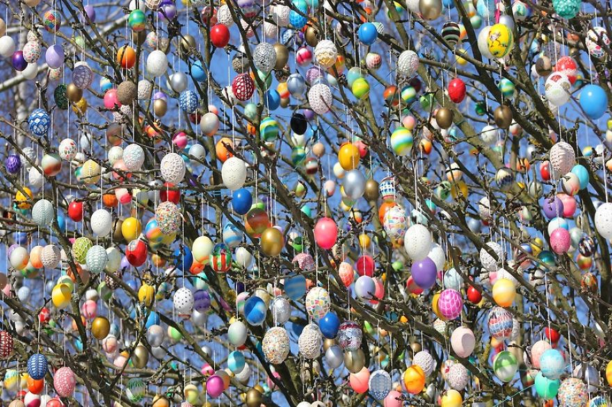 This German Family Spent More Than 2 Weeks Decorating A Tree With 10 000 Painted Eggs Bored Panda