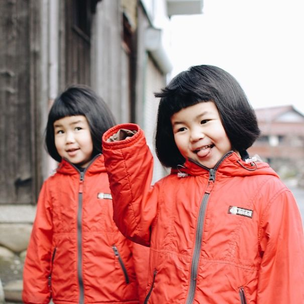 Dad Photographs His Inseparable Twin Daughters Having Twice The Fun
