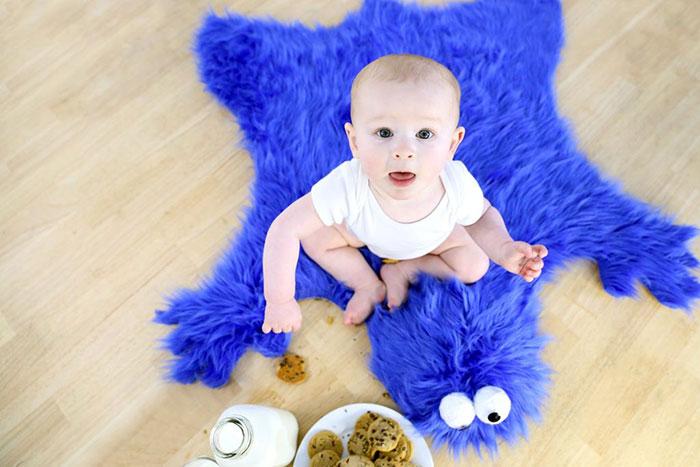 diy-cookie-monster-fur-rug-pillow-10
