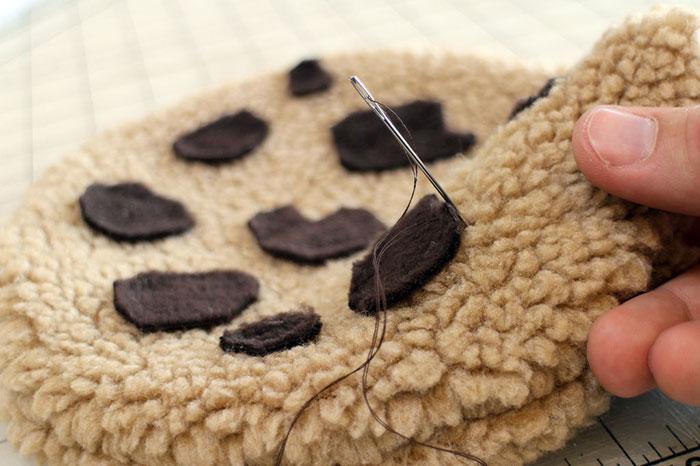 diy-cookie-monster-fur-rug-pillow-14