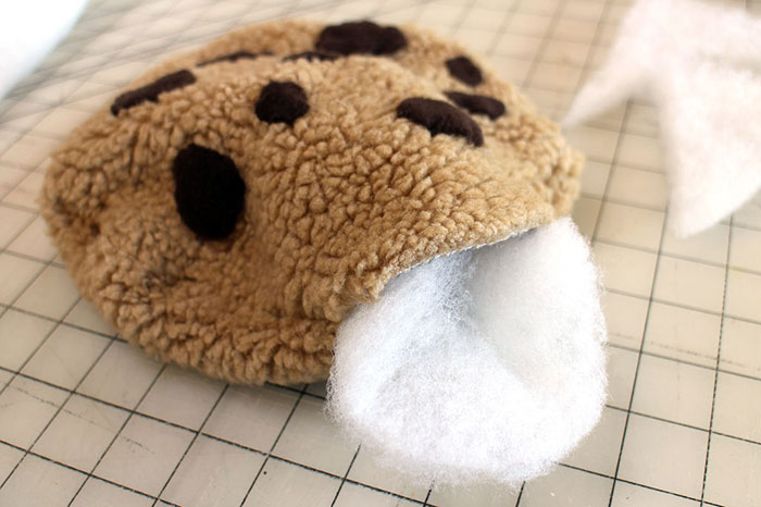 diy-cookie-monster-fur-rug-pillow-2