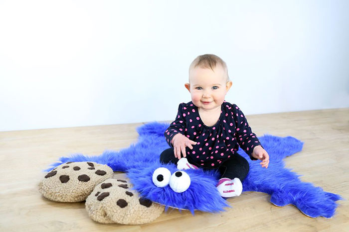 diy-cookie-monster-fur-rug-pillow-6