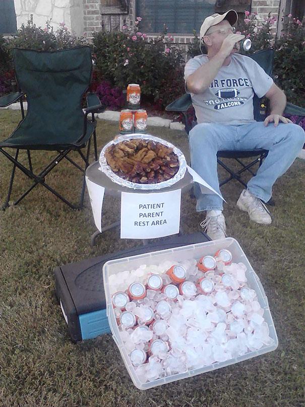 Dad Set Up A Beer & Wing Station For Parents