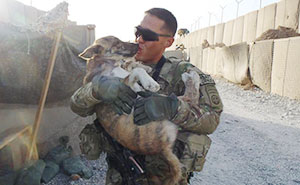 25+ Soldiers And Pets Who Became Best Friends Overseas