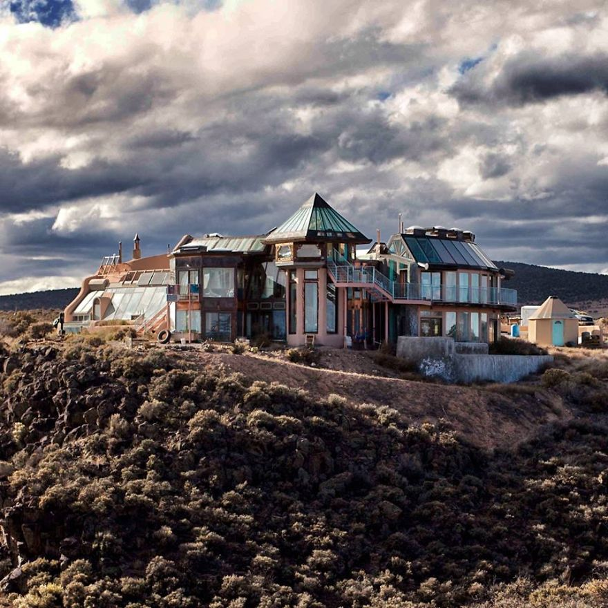 40 bloody good reasons you need to build an earthship for Building off the grid ana white