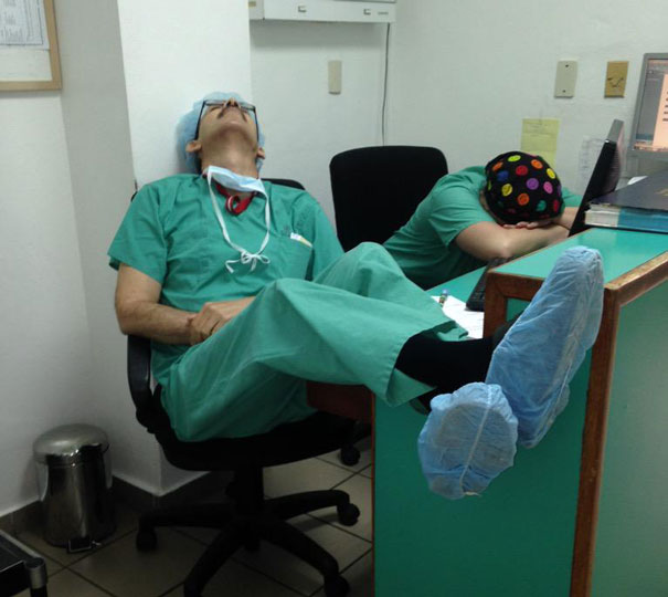 medical-resident-sleeping-overworked-doctors-mexico-yo-tambien-mi-dormi-3