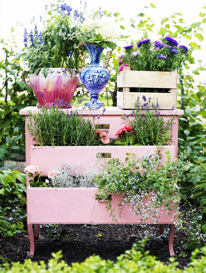 15 ways to recycle your old furniture into a fairytale for Borde plastico para jardin