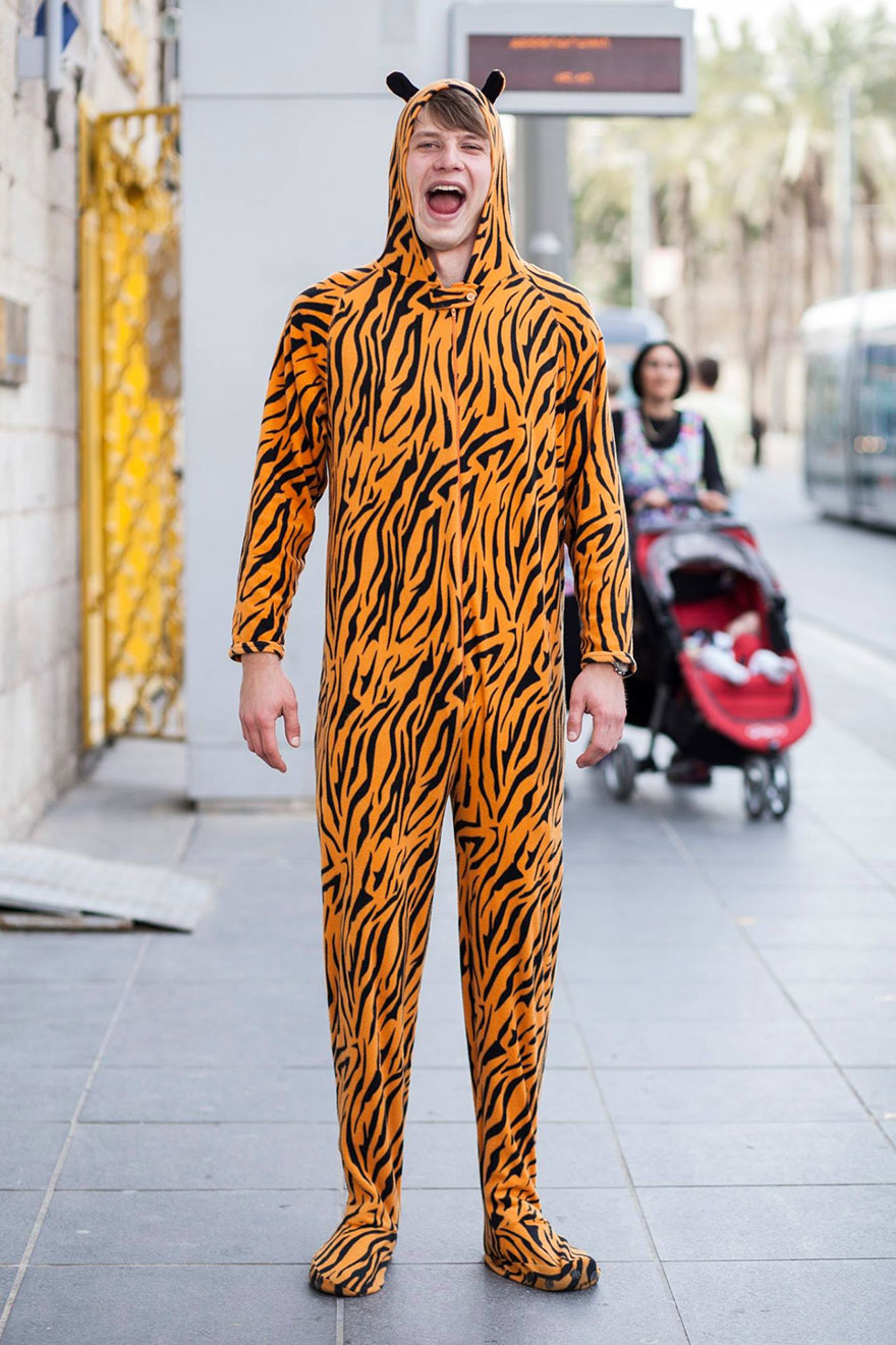 street-photography-the-tiger-suit-yogli10