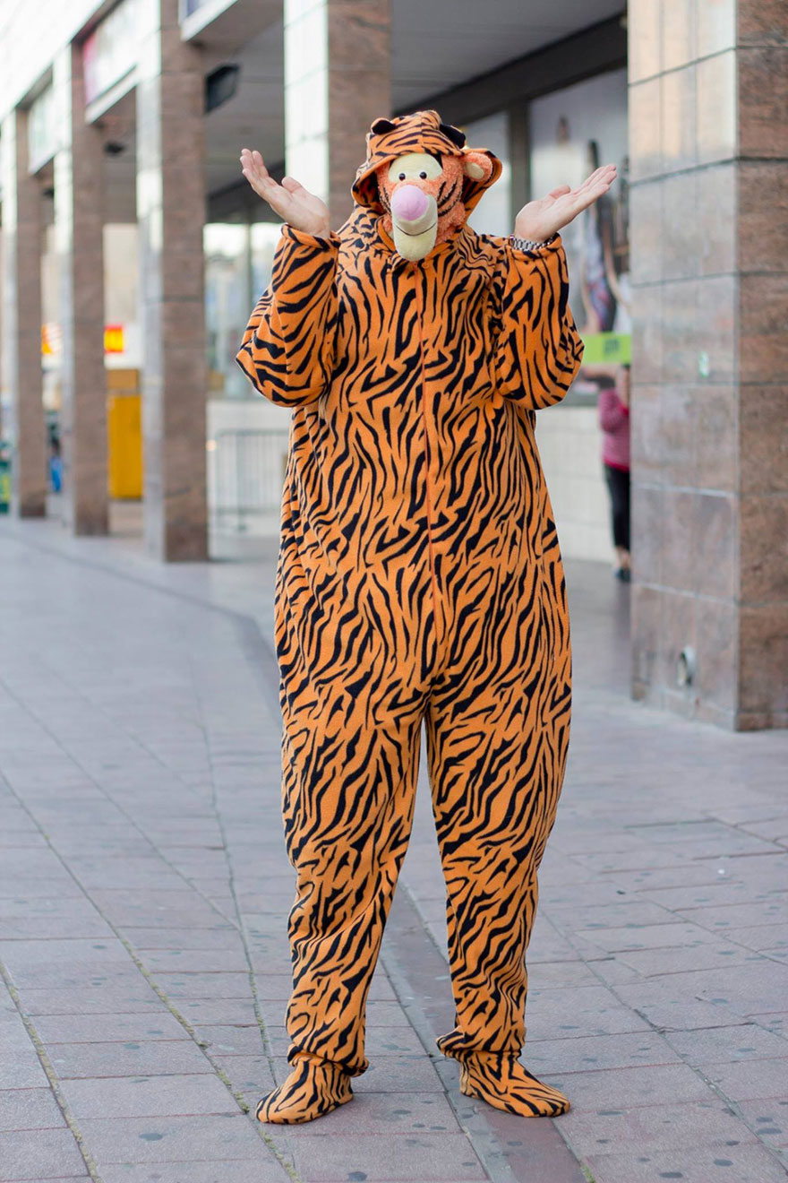 street-photography-the-tiger-suit-yogli13