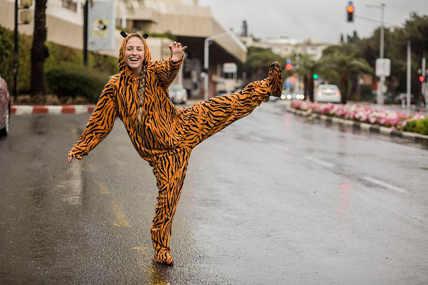 street-photography-the-tiger-suit-yogli15