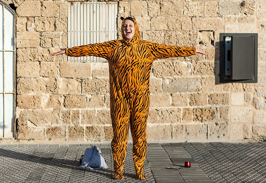street-photography-the-tiger-suit-yogli29