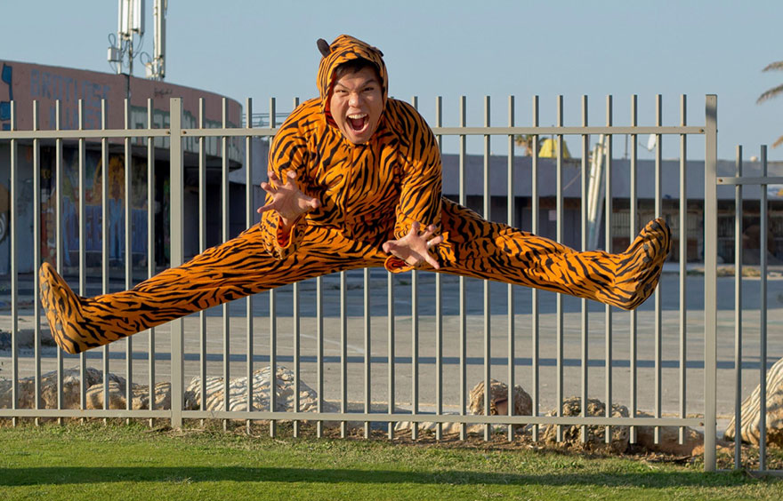 street-photography-the-tiger-suit-yogli3