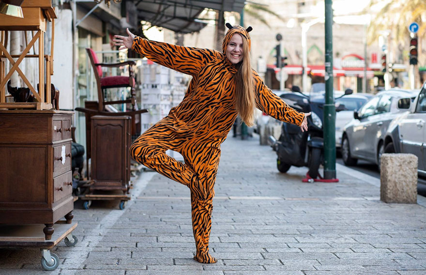 street-photography-the-tiger-suit-yogli6
