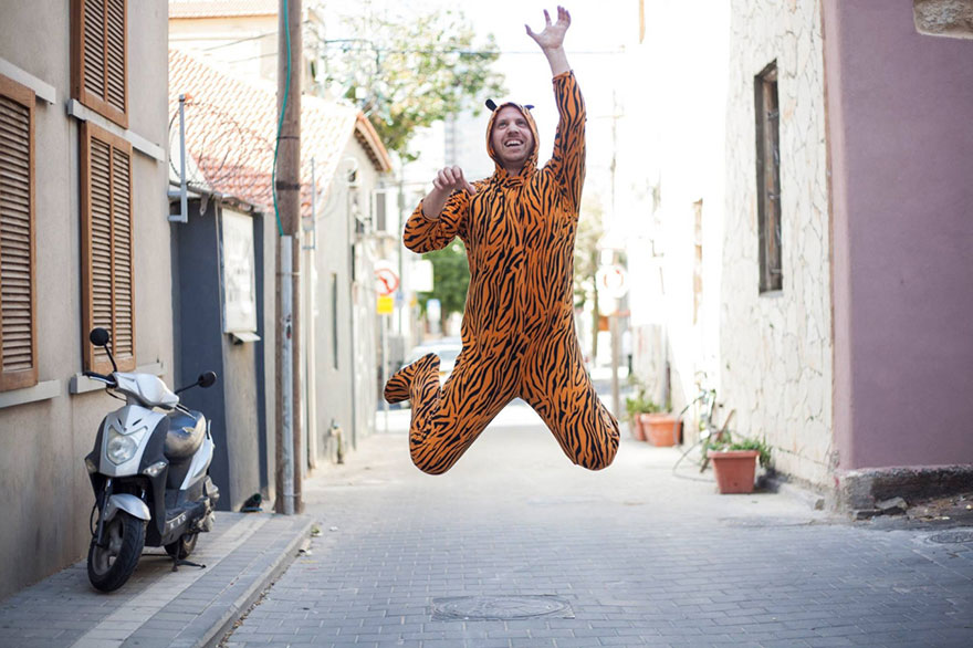 street-photography-the-tiger-suit-yogli7