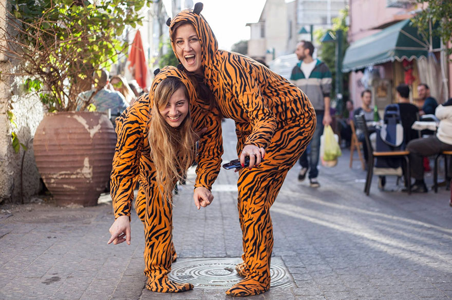 street-photography-the-tiger-suit-yogli8