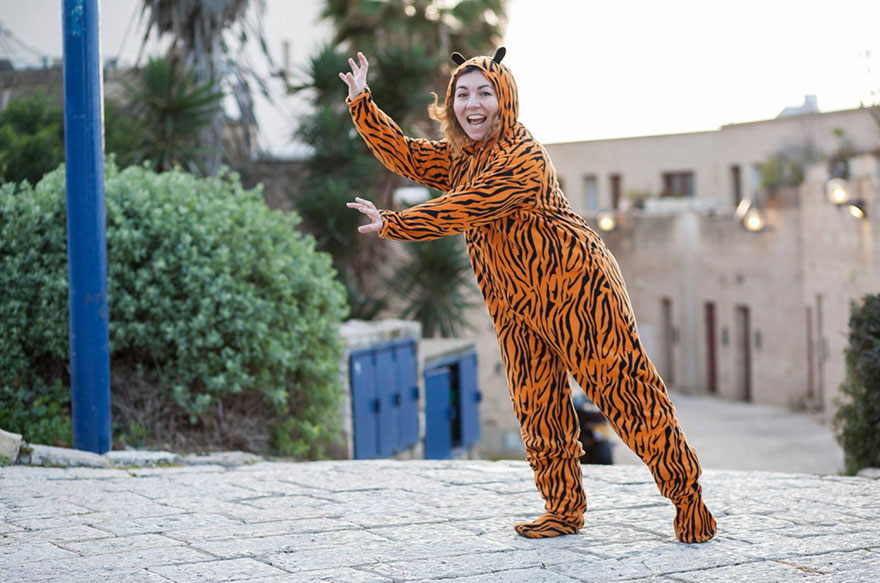 street-photography-the-tiger-suit-yogli9