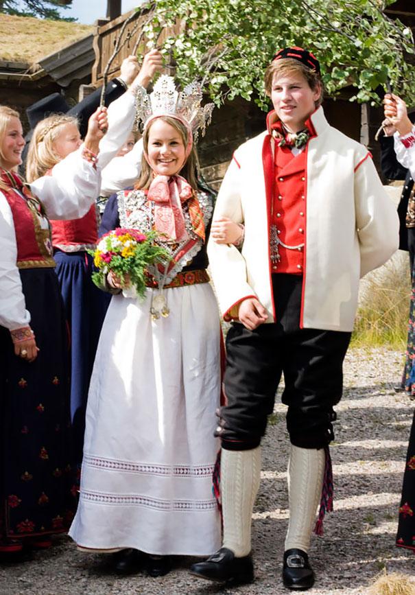 Традиционные Свадебные Костюмы И Свадебный Венец Из Норвегии