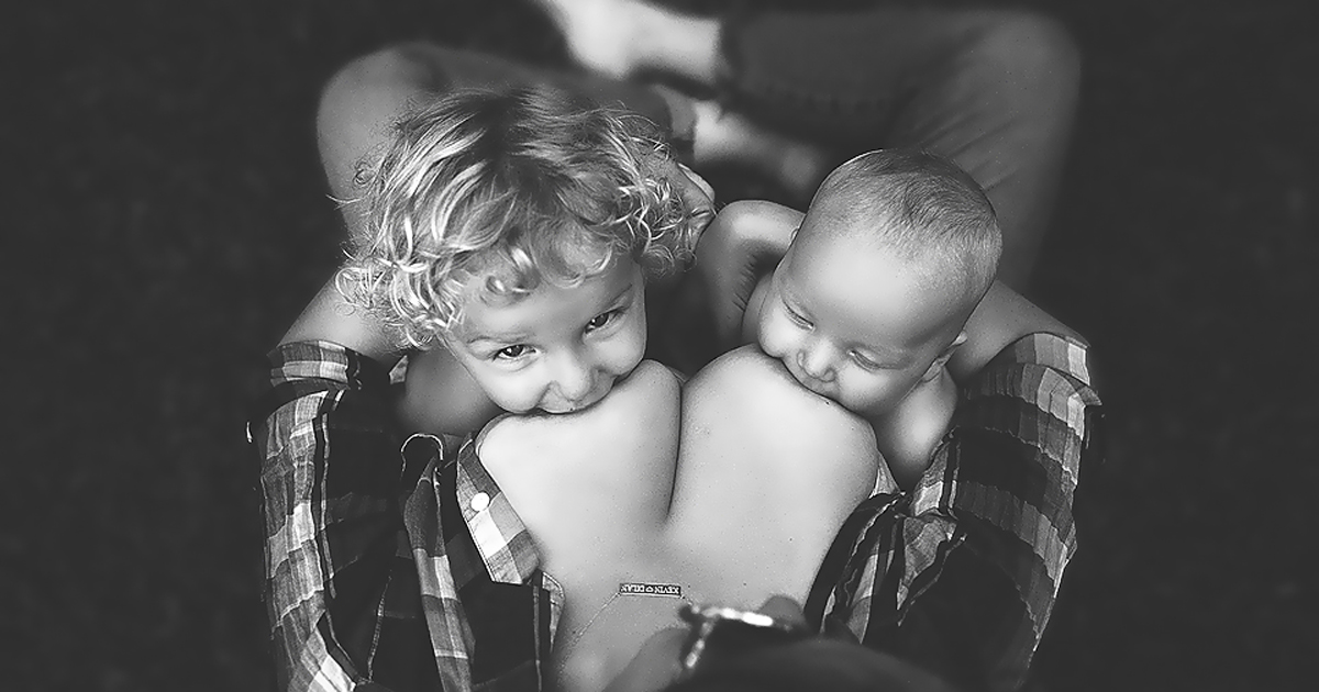 Stunning Photos Of Moms Breastfeeding Outside Show Nursing In Public Is OK