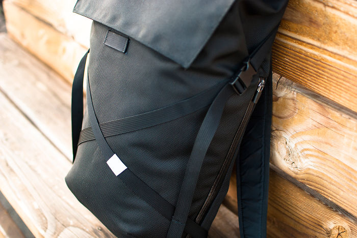 Smart Backpack Design Lets You Take Out Your Items Without Taking Off The Bag