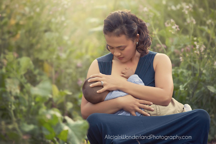 how to get a deep latch while breastfeeding