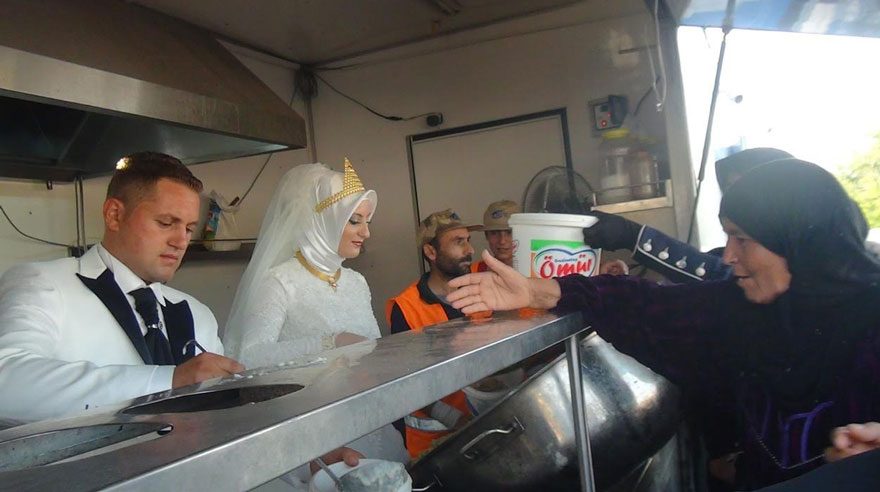 bride-groom-feed-refugees-wedding-3