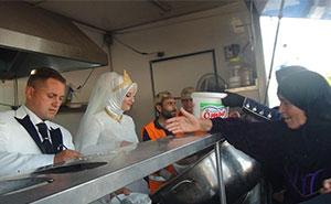 Turkish Bride & Groom Spend Their Wedding Day Feeding 4,000 Refugees
