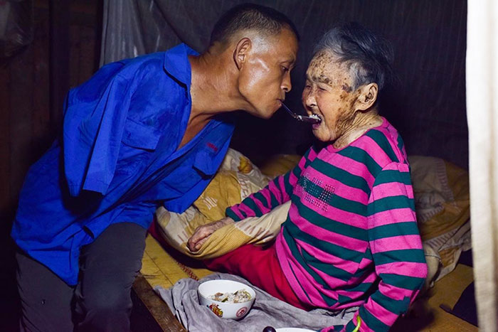 Son With No Arms Spoon-Feeds His Paralyzed Mom Using His Teeth