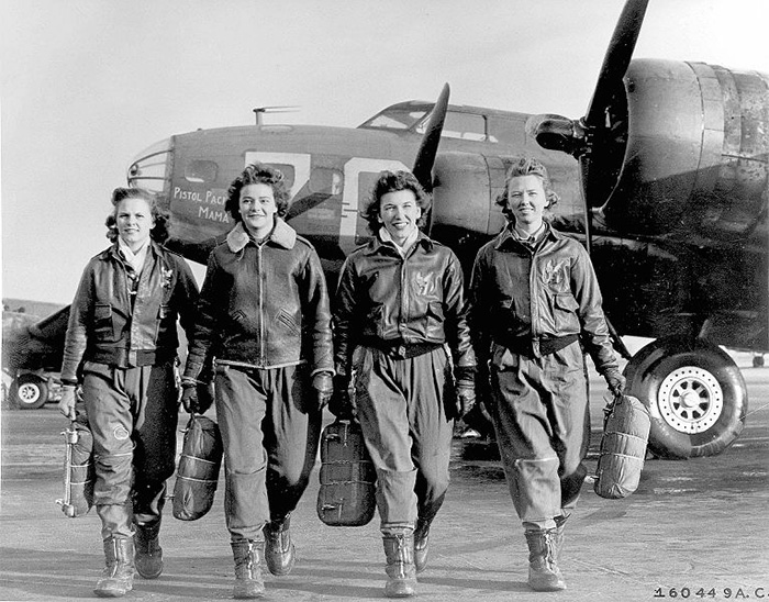 These Four Female Pilots Leaving Their Plane At The Four-Engine School At Lockbourne AAF (Early 1940s)