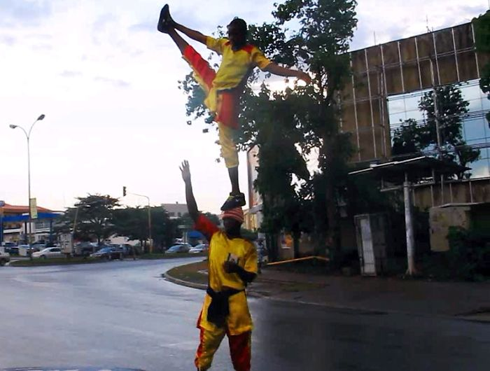 Nigerian Acrobats Performing Stunts On The Streets With Traffic [video]