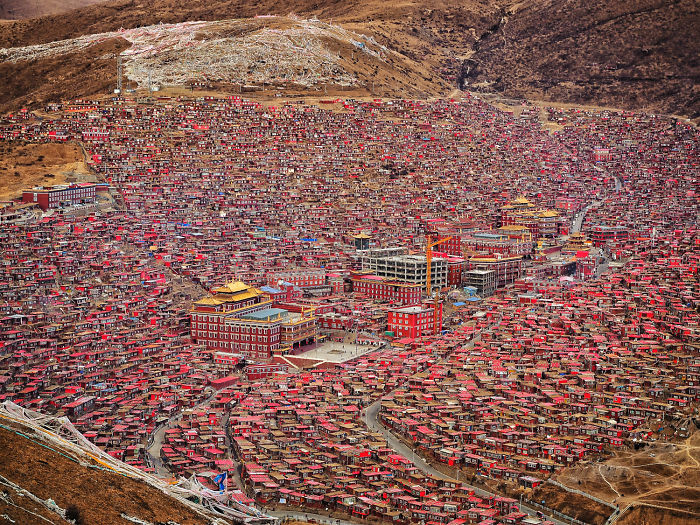 Larung Gar, The Home To 40 000 Monks And Nons