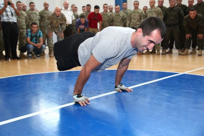 Inspiring Story Of A Double Amputee Soldier Who Doesn't Let The Injury Stand In His Way