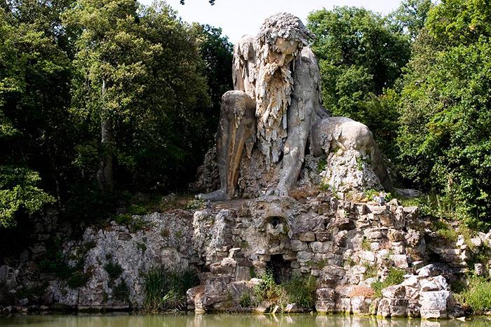 Гигантская скульптура