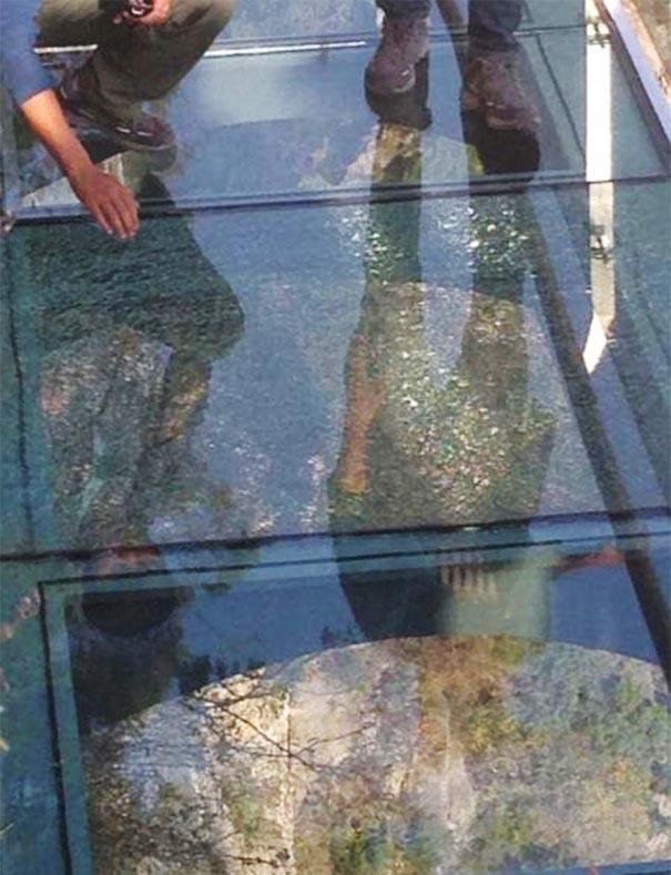 glass-bottomed-walkway-cracked-yuntai-mountain-henan-china-3