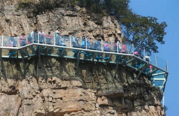 glass-bottomed-walkway-cracked-yuntai-mountain-henan-china-6