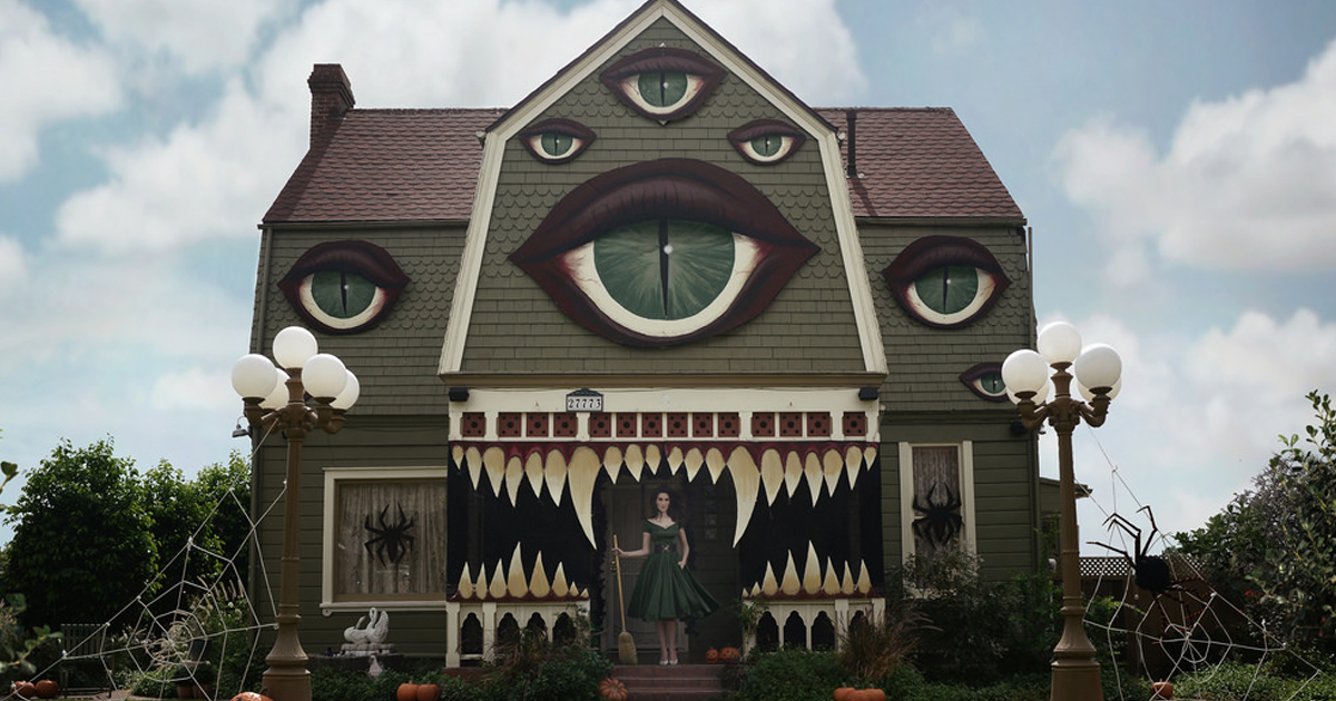 artist turns parents home into haunted house straight out of a tim burton film bored panda