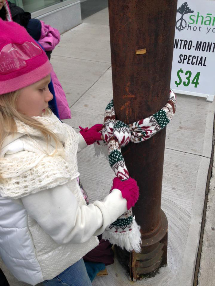 copii-doneaza-haine-oamenilor-strazii-din-Halifax-5