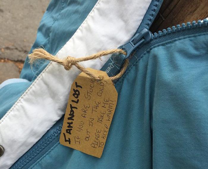copii-doneaza-haine-oamenilor-strazii-din-Halifax-3