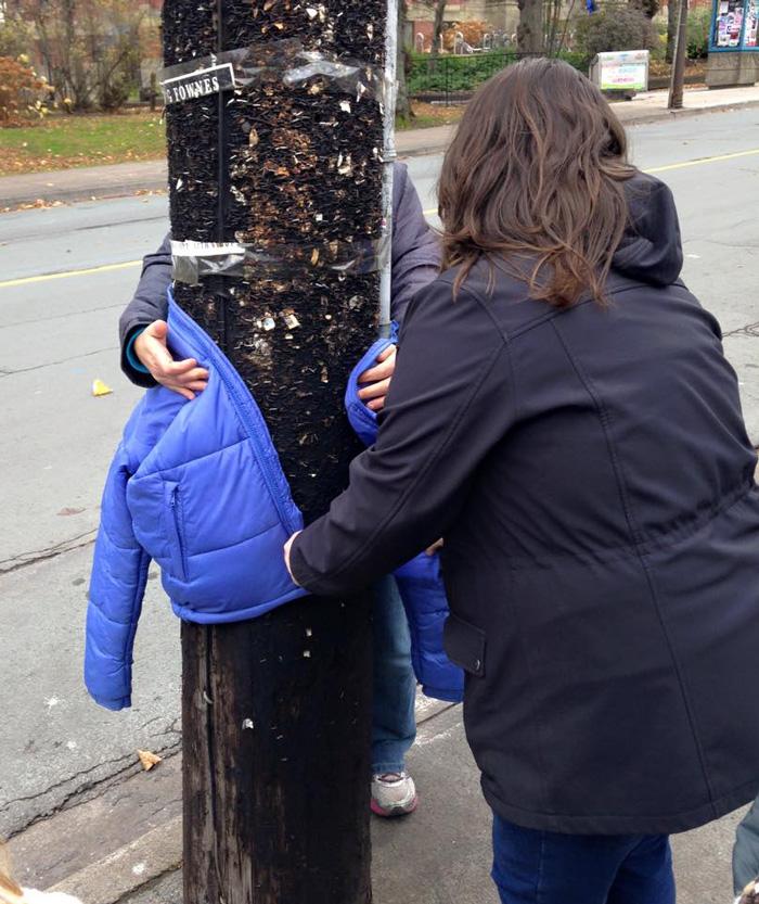 copii-doneaza-haine-oamenilor-strazii-din-Halifax-7