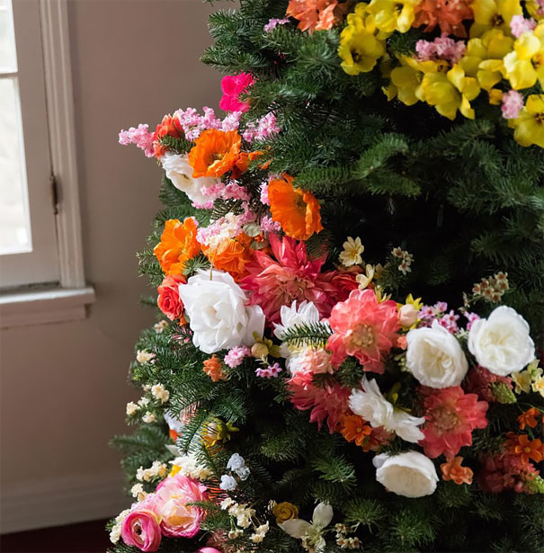 Decorating With Flowers people are decorating their christmas trees with flowers and the