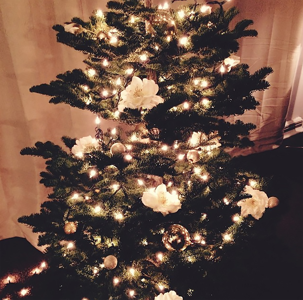 People Are Decorating Their Christmas Trees With Flowers And