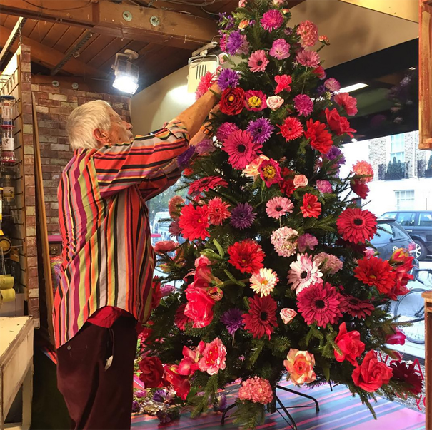 Christmas Tree Decoration With Flowers : People are decorating their christmas trees with flowers