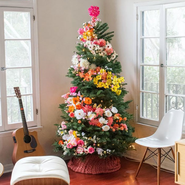 People Are Decorating Their Christmas Trees With Flowers And The ...