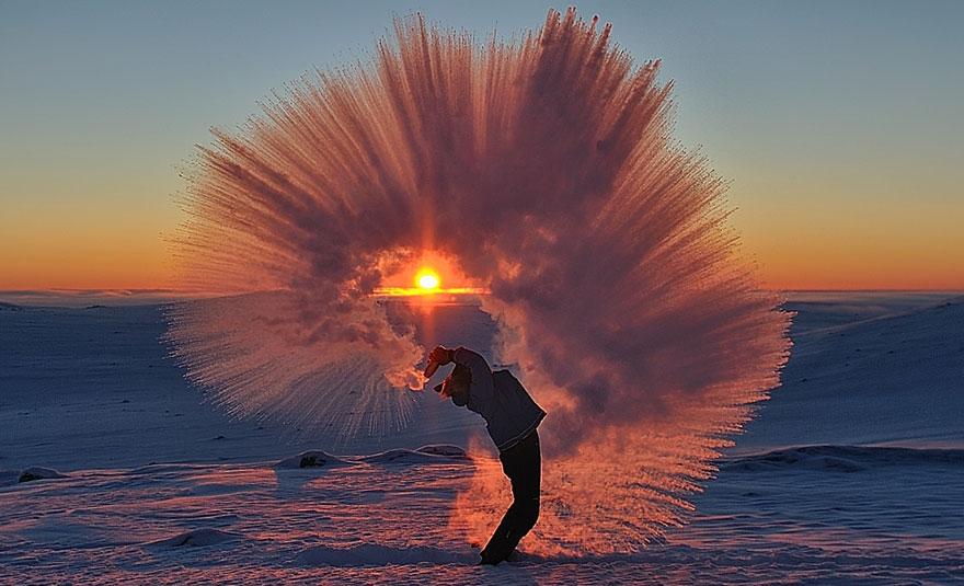 Rozlial horúci čaj v blízkosti polárneho kruhu a vytvoril úžasné zabery