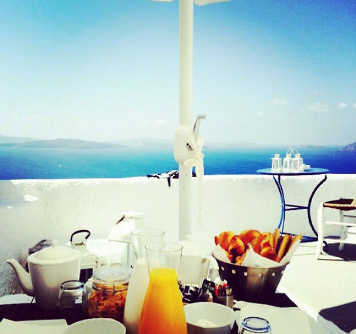 People Started Taking Pics Of Their Breakfasts In Santorini Island And It's Pure Jealousy