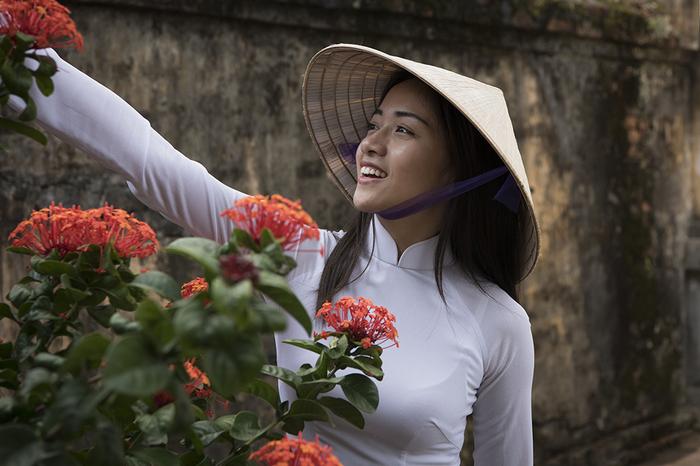Beautiful Girls Wearing Elegant Ao Dai In Vietnam