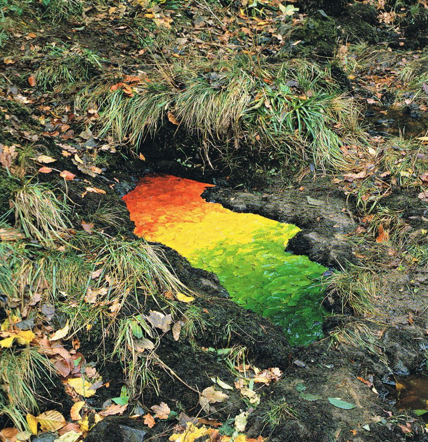 "andy goldsworthy A ndy goldsworthy is one of the world's most renowned site-specific artists in 2005, smithsonian magazine named him one of 35 people ""who made a difference,"" saying that he uses ""nature."