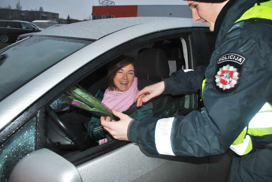 lithuanian-police-officers-give-flowers-international-womens-day-10