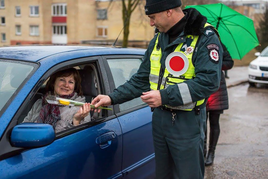 lithuanian-police-officers-give-flowers-international-womens-day-13