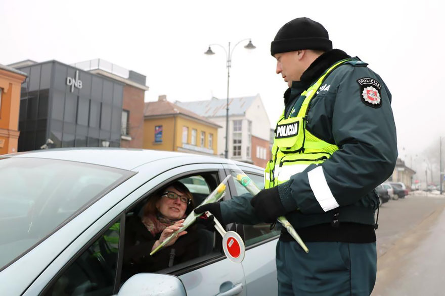 lithuanian-police-officers-give-flowers-international-womens-day-2