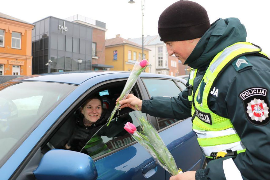 lithuanian-police-officers-give-flowers-international-womens-day-3
